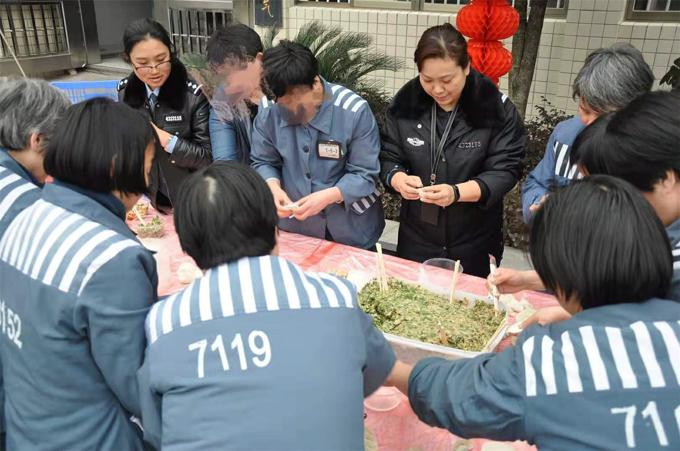 吴芳和孩子们在一起包饺子。.jpg