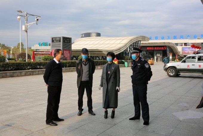 黄复员(右二)与同事在娄底高铁南站广场现场巡查防疫措施。.jpg