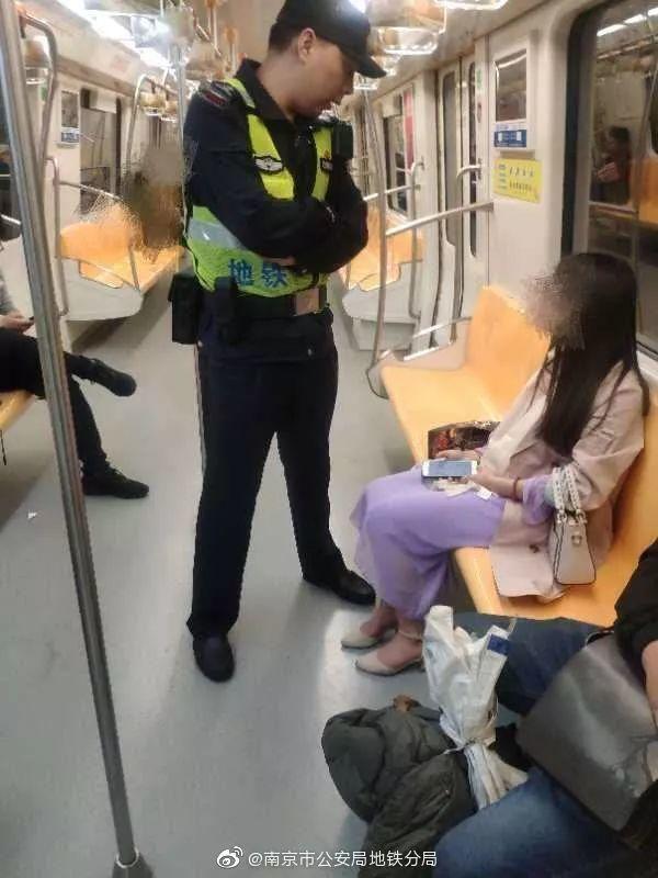 暖新闻 民警 地铁