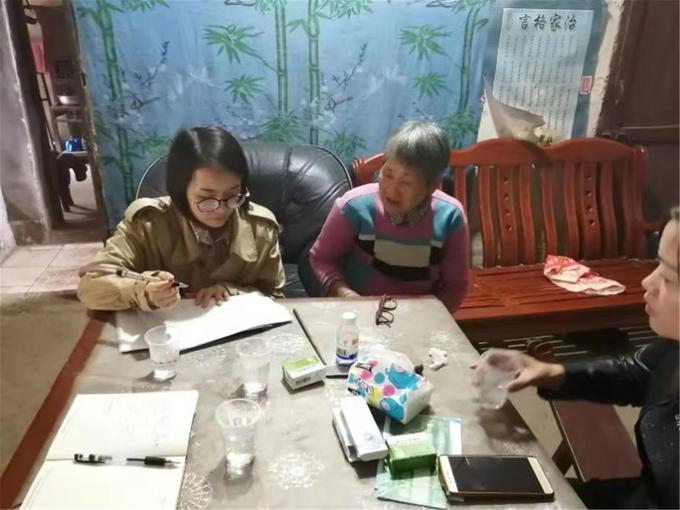 张雪芬(左一)到村里入户走访调查,了解困境孩子的生活和学习情况。.jpg
