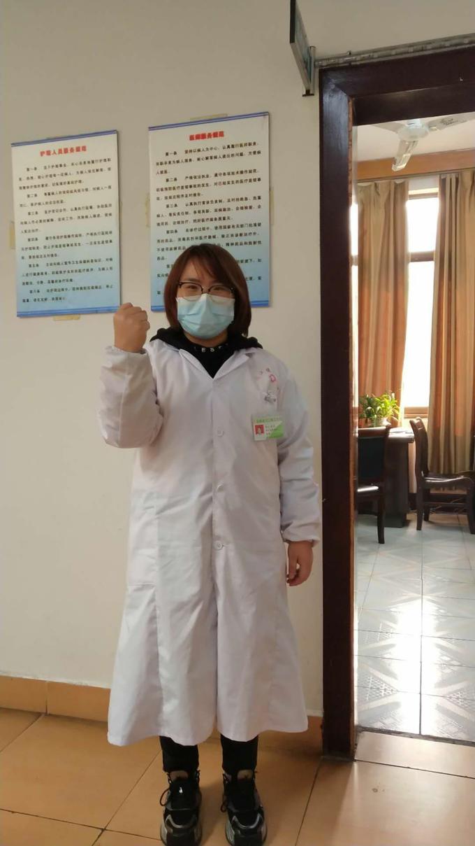林凌妻子张琴在凤凰古城医务工作岗位为远在武汉的丈夫加油.png