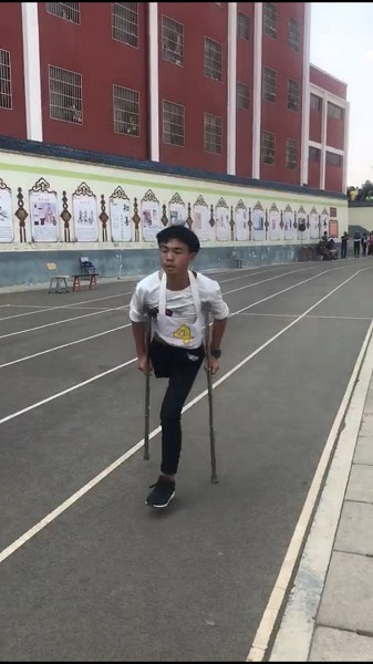 """独腿少年""""跳""""完中考体育1000米 励志"""