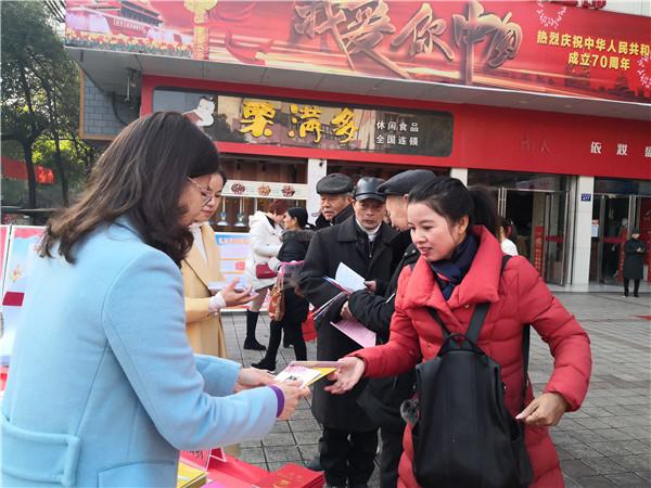 南县妇联干部向群众发放法制维权宣传资料.jpg
