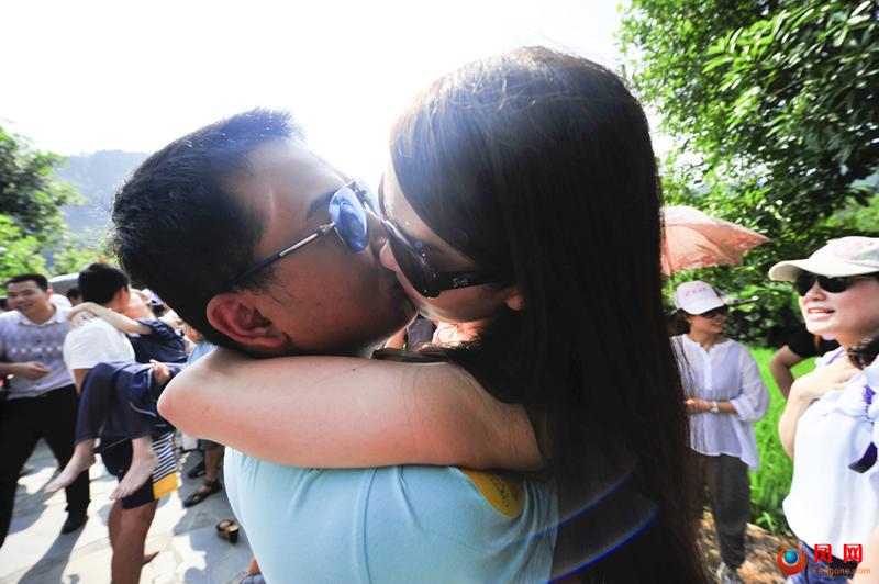 奉家桃花源情人节公主抱接吻大赛 38分钟烈日激吻(组图)