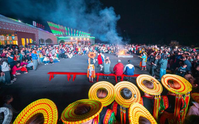 花瑶景区奇特的篝火晚会,常引来万人参加。.jpg
