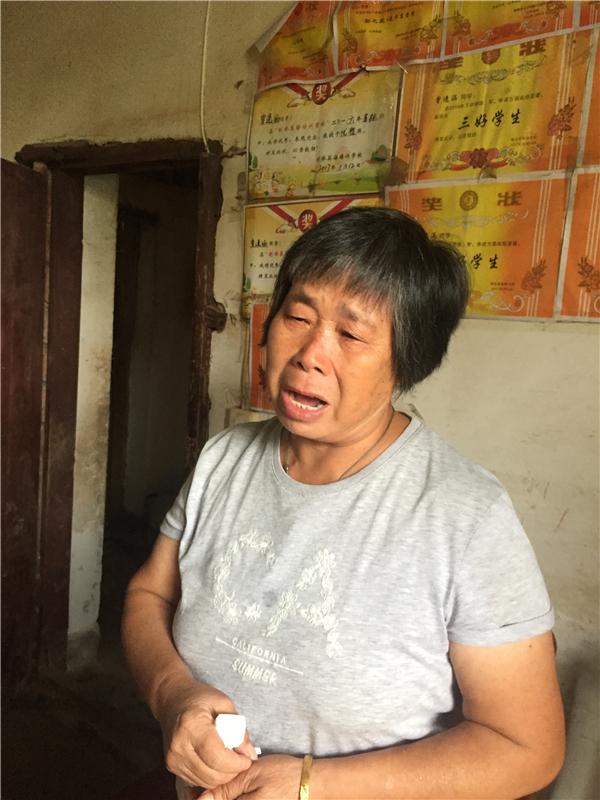 科头乡友谊村建档立卡贫困户袁玉华谈起曾红梅,眼泪就止不住地流.jpg