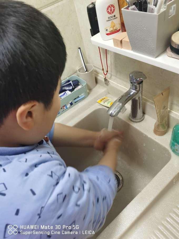 添添通过网课学习后,在妈妈的指导下洗手。.jpg