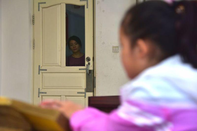 妈妈竟让11岁的盲女儿独自上学!背后的原因又暖又心酸……