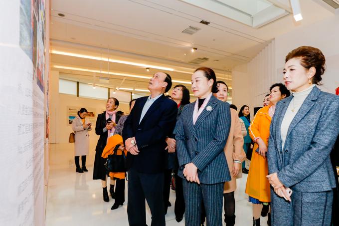 湖南省人大常委原副主任颜永盛,湖南省妇联党组书记、主席姜欣和女企业家们参观展览.jpg