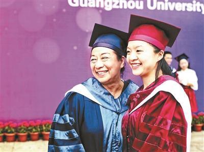 陪读 母女同天毕业获学位