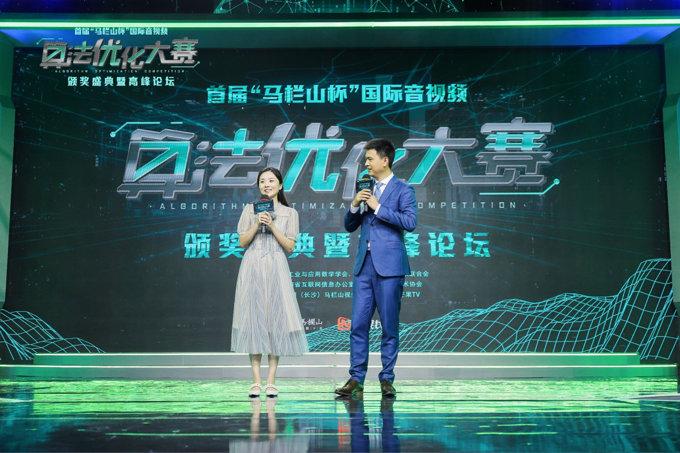 视频特定点位追踪冠军王心莹(左)接受主持人采访。.jpg