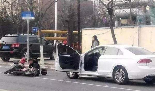女司机  开车门  电动车