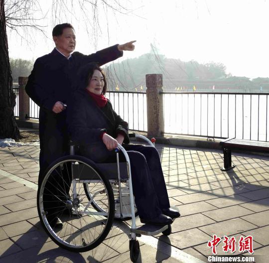 """""""宠妻飞行员""""照料瘫痪妻子41年:陪伴是最长情告白"""