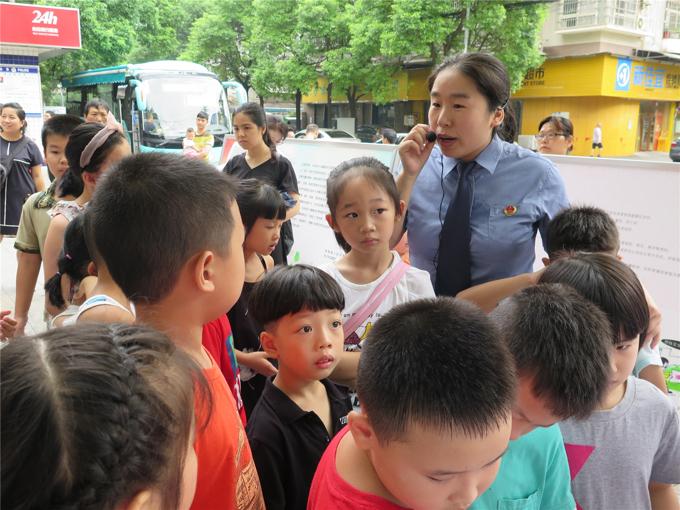 徐艳侠还经常到学校里给孩子们上课,教他们如何规避风险,预防犯罪。.jpg