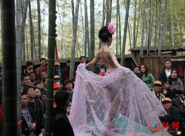安徽黄山风景区上演惊艳人体彩绘秀