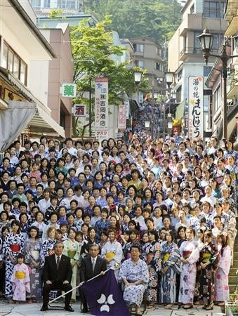 重温经典 日本900名女性穿和服齐聚温泉街