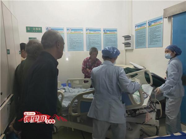 二、摘取器官手术之前,柏昌开(左一)看儿子春英最后一眼.jpg