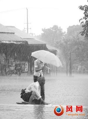 乞丐 女孩 暴雨 热捧 网友