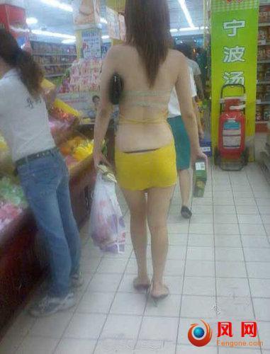 红钢城暴露女 半裸购物 穿着暴露 裸体 裸体购物