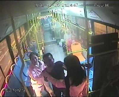 男子脚踢公交司机 女大学生 见义勇为